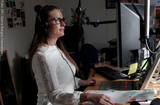 """Camilla Jane stellt """"De rigtige 90'ere"""" im Studio von DR P6 zusammen. Foto: DR"""